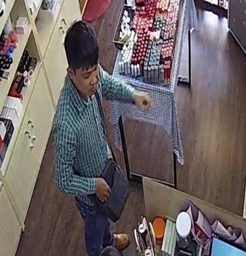 """Hình ảnh rõ mặt người đàn ông nói tiếng Trung Quốc """"làm xiếc"""" trộm tiền hàng hoạt cửa hàng ở TP.Đà Nẵng."""