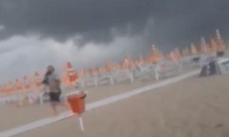 Clip cơn bão như ngày tận thế xuất hiện trên bờ biển Ý