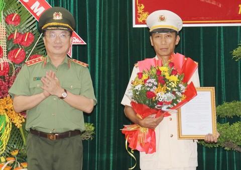 Thượng tướng Nguyễn Văn Thành trao quyết định bổ nhiệm cho Đại tá Nguyễn Văn Nhựt - Giám đốc Công an tỉnh Tiền Giang.