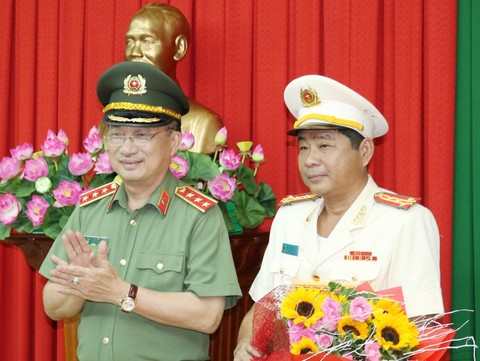 Thượng tướng Nguyễn Văn Thành trao quyết định bổ nhiệm cho Đại tá Nguyễn Văn Hiểu - Giám đốc Công an tỉnh Đồng Tháp.