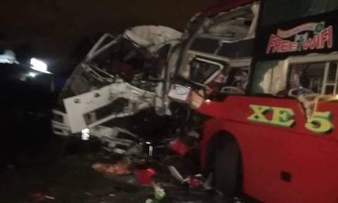 Xe khách đối đầu xe tải, hai lái xe tử vong, 11 người bị thương