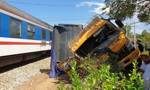 Tàu hỏa tông văng xe tải, tài xế nguy kịch