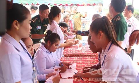 Khám chữa bệnh, trao quà người nghèo vùng biên giới