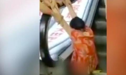 Clip người phụ nữ bị thang cuốn nghiến đứt hai chân