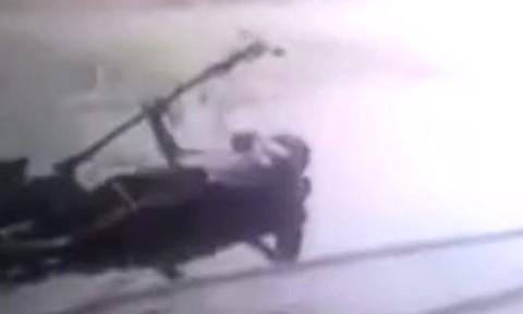 Clip hai người con nhanh trí cứu cha già thoát chết vì điện giật