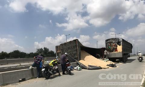 Xe container lật nhào trước hầm chui ở Sài Gòn