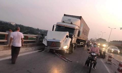 Container tông hàng loạt xe máy, 1 người bị hất xuống sông mất tích