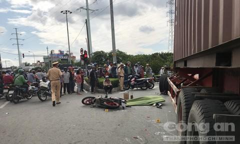 Xe container ôm cua cán hai vợ chồng thương vong ở Sài Gòn