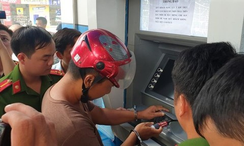 Nhóm người Trung Quốc gắn camera vào trụ ATM để đánh cắp thông tin, rút tiền
