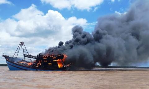 Bất lực nhìn tàu cá trị giá hàng tỷ đồng cháy rụi