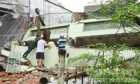 Nam công nhân bị máng hứng nước đè tử vong lúc sửa nhà