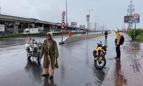 Dầu nhớt đổ trên cầu Sài Gòn, nhiều xe máy bị té