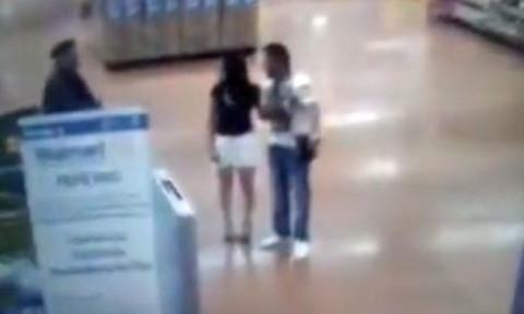 Clip người phụ nữ cởi hết quần áo vì bị nghi trộm đồ siêu thị