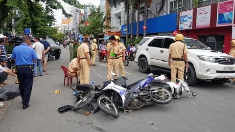 Các xe máy nằm ngổn ngang sau tai nạn.