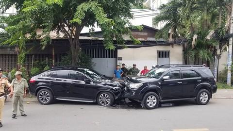 Chiếc Mercedes đối đầu ô tô khác sau khi tông 4 xe máy