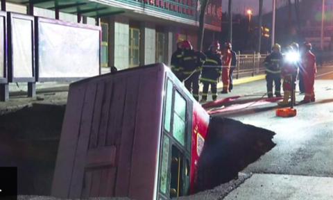 Hố tử thần nuốt chửng xe buýt khiến 6 người chết ở Trung Quốc