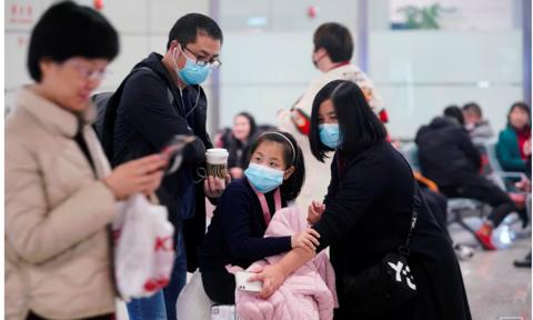 Phi hành đoàn đòi đeo khẩu trang khi bay vì sợ lây viêm phổi cấp