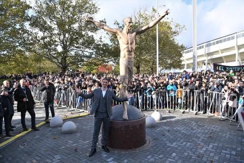 Ibrahimovic bên bức tượng của mình lúc khai trương