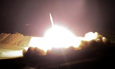 """Clip tên lửa Iran bay """"sáng trời"""" dội xuống căn cứ liên quân Mỹ"""