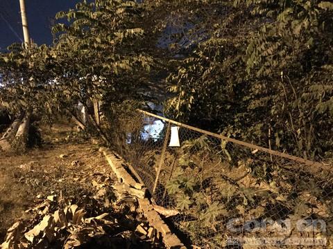 Hàng rào lưới cao gần 2m nhưng chiếc xe máy vẫn bay qua được.