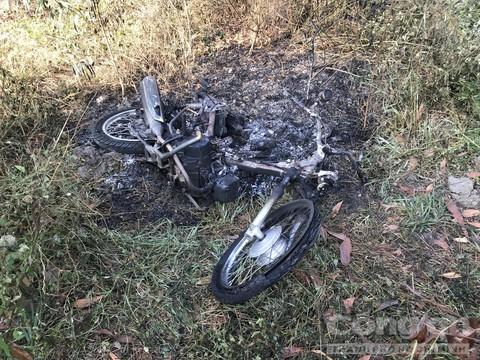 Chiếc xe máy cháy trơ khung.