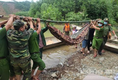 Lực lượng cứu hộ đưa thi thể nạn nhân đầu tiên lên bờ.