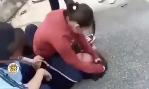 Hai nữ sinh lớp 8 ở Long An bị bạn đánh hội đồng dã man giờ ra chơi