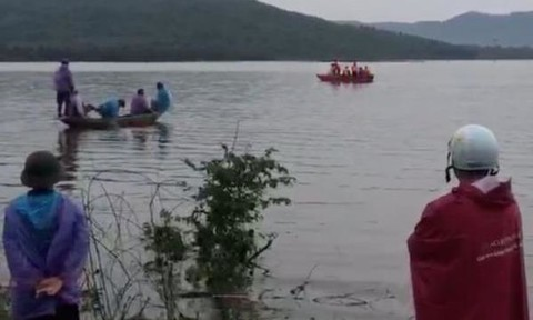 Tìm thấy thi thể 2 người bị lật thuyền hồ thủy điện La Hiêng khi đi đánh cá