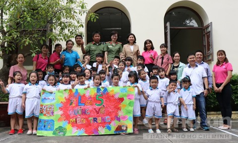 Các bé mầm non làm bánh, vẽ tranh gây quỹ ủng hộ miền Trung
