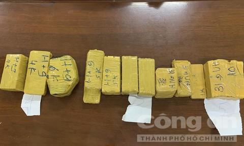 Bắt vụ vận chuyển 51kg kim loại nghi là vàng qua biên giới