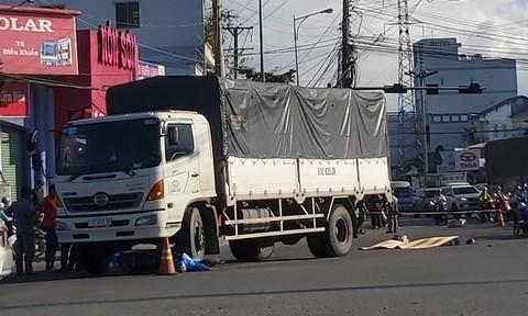 """Xe máy rơi vào """"điểm mù"""" của xe tải, 2 người tử vong thương tâm"""
