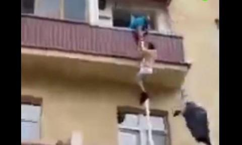 Clip người đàn ông đu dây bỏ trốn khi chồng bạn tình về nhà