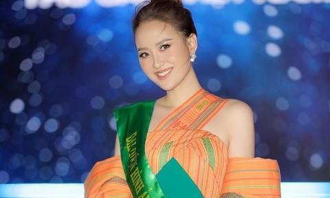 Hoa hậu Khánh Ngân diện váy xẻ tà cao