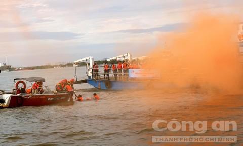 TPHCM: 200 người tham gia diễn tập cháy nổ phà chở khách trên sông
