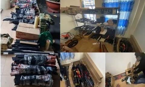 Bắt kẻ tàng trữ hơn 1.000 đao kiếm, bình xịt hơi cay ở Sài Gòn