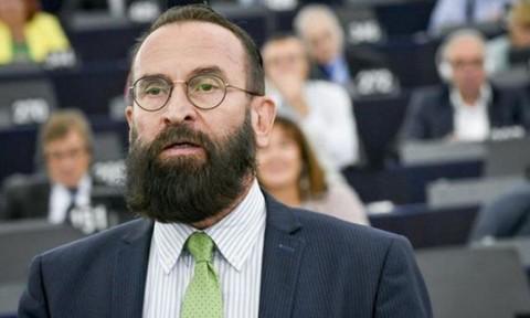 Nghị sĩ Hungary trèo ống nước trốn cảnh sát vì tham gia 'tiệc thác loạn'