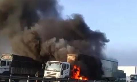 Clip xe container cháy ngùn ngụt trên cầu ở Sài Gòn