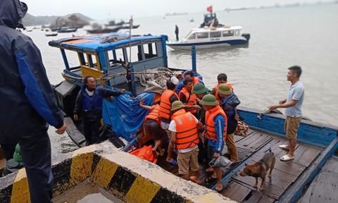 Cứu 10 thuyền viên trên tàu chở 2250 tấn xi măng gặp nạn trên biển