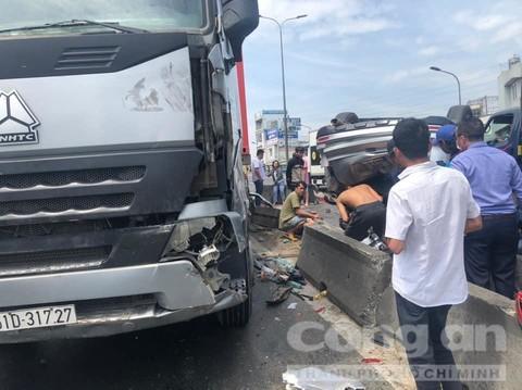 Người dân giải cứu 5 nạn nhân mắc kẹt trong xe ô tô.
