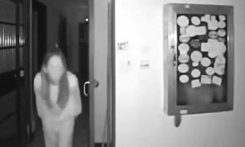 Clip người phụ nữ nhổ nước bọt lên tay nắm cửa chung cư ở Vũ Hán