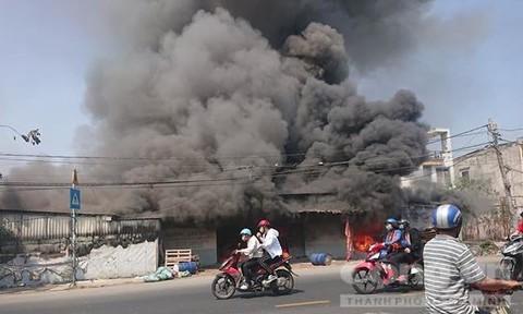 Xưởng gỗ ở Sài Gòn cháy dữ dội