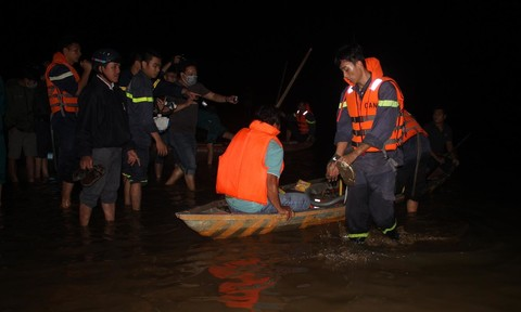 Lật thuyền trên sông Vu Gia, 5 người chết, 1 người mất tích