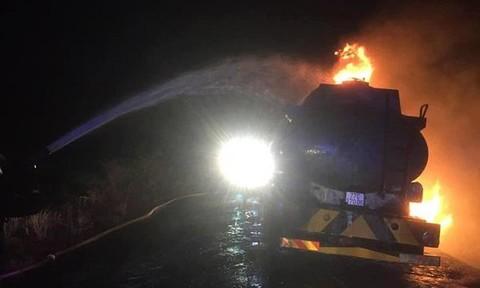 Xe bồn chở 12.000 lít xăng cháy trên đường, tài xế nhập viện
