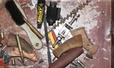 Đối tượng buôn ma túy găm súng, lựu đạn quanh nhà