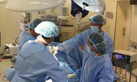 Xử lý nhiễm khuẩn sau phẫu thuật thay khớp háng