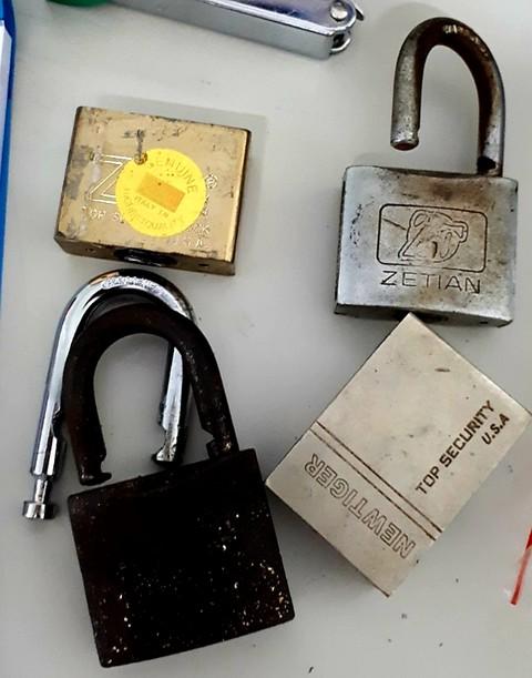 Những ổ khóa bị đổ keo được gia đình BS Huấn thu giữ