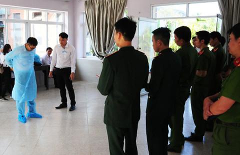 Ngành y tế tập huấn cho các đơn vị, lực lượng chức năng làm nhiệm vụ cách ly các trường hợp tại Sun And Sea Resort. Hoàng Quân