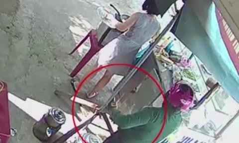 Clip người phụ nữ nhanh tay trộm điện thoại khi mua bánh mì