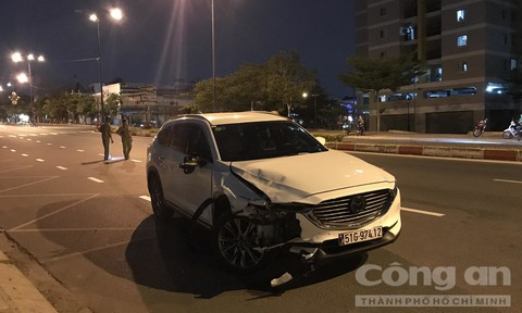 TPHCM: Ôtô tông xe máy văng 50 mét rồi nghi đổi tài xế, bỏ chạy