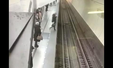 Clip người phụ nữ suýt chết do mải mê bấm điện thoại